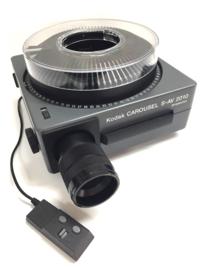 Nr.8268 -- Kodak Carousel S-AV 2010 , zoomlens 70 - 120mm Vario Retinar S-AV dubbele zware halogeenlamp 24V 250W, afstands bediening ,voor/achteruit,scherpstellingen cassette, heeft service beurt gehad en is in zeer goede staat,nieuwprijs was 1200 euro nu