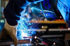 Nr.16226 --16mm-- een documentaire van Rob Greiner een kijkje bij de metaalindustrie, scheepsbouw, elektro technische en medische industrie, edelsmid, weg en waterbouw, spannende film mooi van kleur speelduur 20 min. Nederlands gesproken op spoel en in d