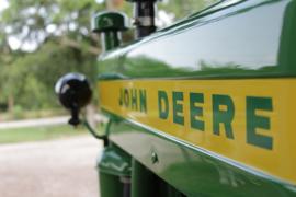 Nr.16389 --16mm-- John Deere promotiefilmpje over veldhakselaars getrokken door de tractor 3120, zeer interesant filmpje kleur Nederlands gesproken speelduur 10 minuten