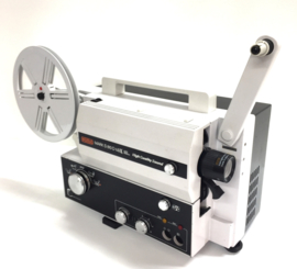 Nr.8254 -- Eumig Mark S 810  Lux voor super 8 mm film,extra licht sterke lens: Eumig Suprogon Zoom f : 1.2 F : 12,5-25 mm lamp : 100 W , 12 V , EFP reel capaciteit : 180 m. versterker output: 2-6 W,  heeft service beurt gehad en werkt prima