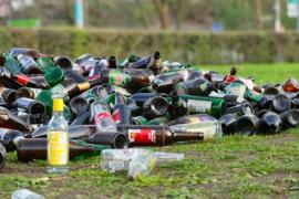 """Nr.16251--16mm-- Van afval tot produkt """"Trash To Treasure prachtige kleuren documentaire over het verwerken van afval, Engels gesproken een film van Harvester Compagny  USA speelduur 20 minuten compleet met begin/end titels op spoel en in doos"""