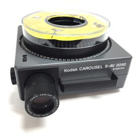 Nr.8277 -- Kodak Carousel S-AV 2050 , zoomlens 70 - 120mm Vario Projar Isco , dubbele zware halogeenlamp: 24V 250W, afstands bediening ,voor/achteruit,scherpstellingen cassette, heeft service beurt gehad en is in goede staat.
