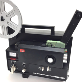 Nr.8200 --  Elmo, Sound ST-600 M 2-Track Black voor Super 8 mm film, sterke halogeenlamp: 100 W, 12 V,  spoel capaciteit: 180 m, heeft service beurt gehad en is in zeer goede staat.