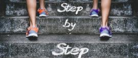 Nr.16241 -- 16mm ,,Step by Step,, zeer interessante documentaire,  zwartwit Engels gesproken, speelduur 20 minuten, compleet met begin/end titels