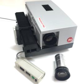 Nr.8261 -- Leitz Wetzlar Pradovit RC kleinbeeld dia projector met 2 lenzen een 90mm en 120mm lens, lamp: 24V 150W, steeklampje, met afstandbediening, projector heeft service beurt gehad en werkt prima