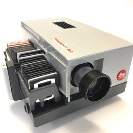 Nr.8106 --  Leitz Wetzlar Pradovit, lamp: 24V 150W, Leitz Wetzlar 1:2,5/90mm scherpstelling via electrische  afstand bediening, kan ook automatisch dia's verwisselen, tijd instelbaar geheel van metaal, super klasse, heeft service beurt gehad en werk perfe