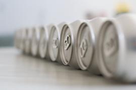 H050 --16mm-- Aluminum on the march, prachtige interessante kleuren documentaire, een inkijkje in de fabriek, speelduur ca.30 minuten, Engels gesproken, compleet op spoel en in doos