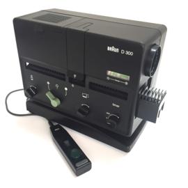 Nr.8260 --Braun D300 prachtige kleinbeeld diaprojector van ontwerper Dieter Rams. met Halogeen lamp: 24 V / 150 W, afstandbediening,heeft service beurt gehad de projector is in zeer goede werkende staat,