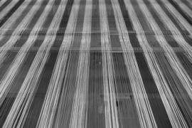 H089 --16mm-- Kijkje in de weeffabriek in de jaren'50 het weven van stoffen, zwartwit documentaire Nederlands gesproken speelduur ca.10 minuten compleet op spoel en in doos, oud zeldzaam filmpje