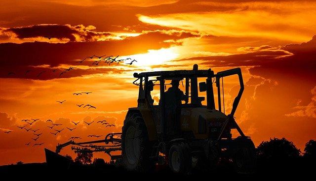 Nr.16209 --16mm-- Een kijkje in de Claas fabriek in Deutsland,film uit de jaren '80,  Claas baas in de oogst, het vervaardigen van tractoren/landbouw machine's etc.prachtig van kleur,speelduur 20 min.Deuts gesproken op spoel en in doos