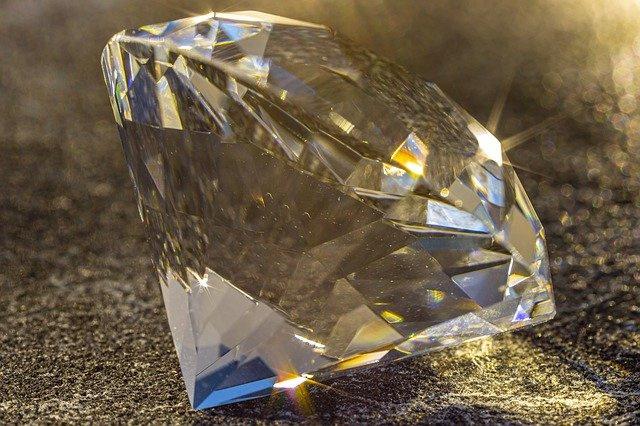 Nr.16247 --16mm-- ,,The Magic of Diamonds,, prachtig van kleur Engels gesproken zeer interessante documentaire van het Industrial Diamond Bureau, speelduur 20 minuten compleet met begin/end titels op spoel en in doos