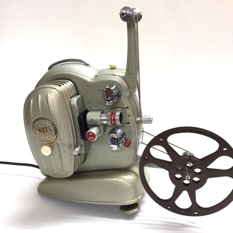 Nr.8225 - Oldtimer- prachtige Noris 8 Synchroner 1955 voor dubbel 8 films Lamp: P28s, 220-240V, 500W, gewoon 220V een zeldzaam mooi werkend exemplaar