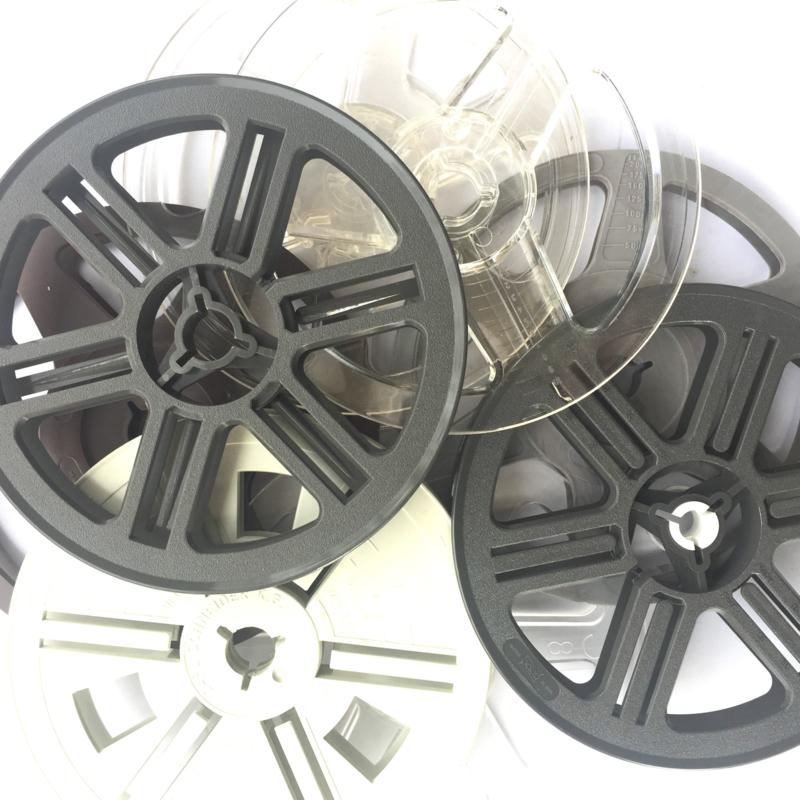 SUPER 8  losse spoel voor super 8 film projectoren, met grote en kleine kern, diameter 12,8 cm. is ongeveer 50 meter film is o.a. geschikt voor o.a. de Reflecta filmscanners, prijs per stuk