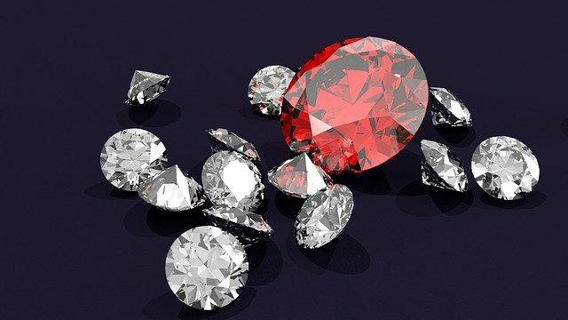 Nr.16249 --16mm-- ,,Diamonds International Awards 25 years,,overzicht van de jaren 1954 t/m 1979 van de diamanten industrie, prachtige documentaire, mooi van kleur, Engels gesproken speelduur 20 min.compleet met begin/end titels op spoel in doos