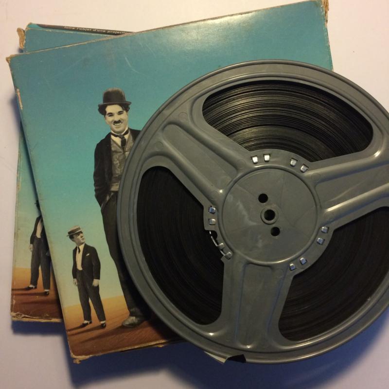 Nr.1209 -- 9,5 mm speelfim  --  Charlie Chaplin in het theater zwartwit silent zit op 2 spoelen van ca.120 meter in de orginele dozen van Film Office