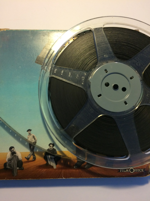 Nr.1201 -- 9,5 mm speelfim  -- Laurel en Hardy Below Zero (1930) 20min | Short, Comedy | 26 April 1930 (USA)zwartwit silent 1 spoel van ca.120 meter Film Office in orginele fabrieks doos
