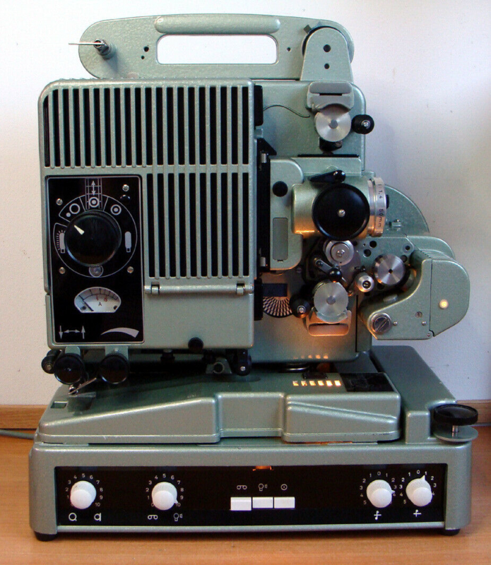 Nr.8180 --een prachtige 16mm  SIEMENS 2000 projector met  transistor versterker, heeft optisch geluid en een 800 watt losse halogeen lamp, geschikt voor 600 meter spoelen, heeft service beurt gehad en is in goede staat