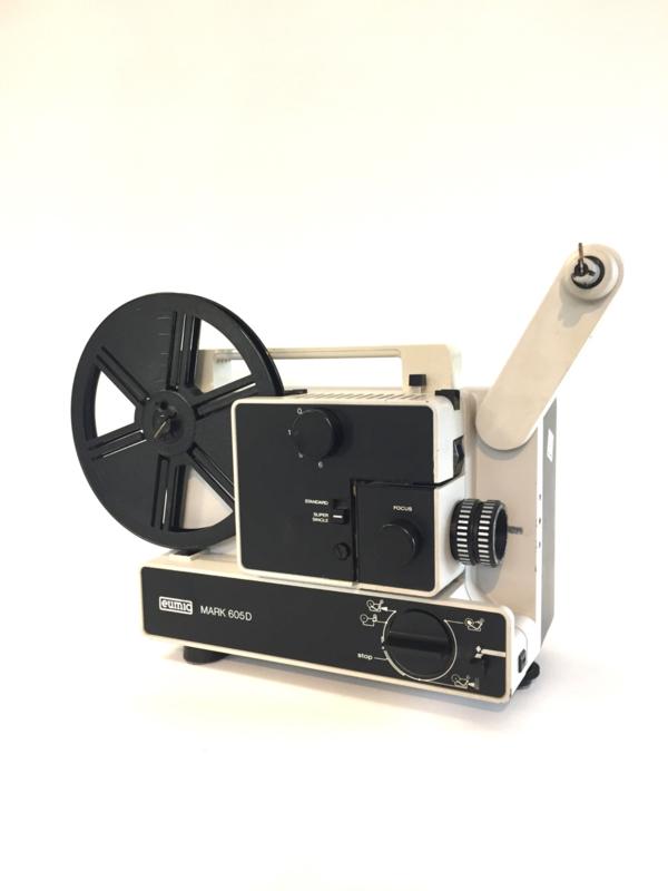 Nr.8172--  Eumig Mark 605 D voor standard 8 mm super 8 mm film  lens:  Vario Eupronet f : 1,6 F : 17-30 mm, lamp : 100 W- 12 Volt,  projectiesnelheid : 6 , 9 , 18 fps  heeft service beurt gehad en is in goede staat