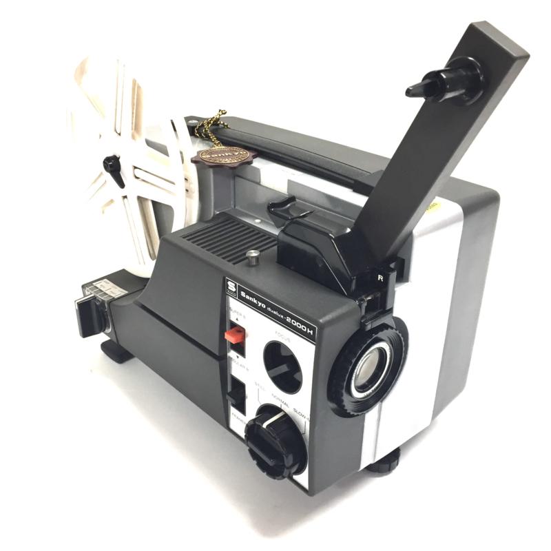 Nr.8150 -- Sankyo, Dualux 2000-H  voor Super-en dubbel 8 film. lens: Sankyo zoom 1:1,4 f=15~25mm halogeenlamp: 12V-100 W. prima projector heeft service beur gehad en werkt prima