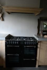 Eiken keuken met betonnen spoelbak