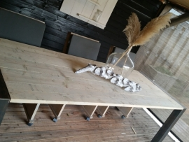 Steigerhouten tafel met ijzeren frame