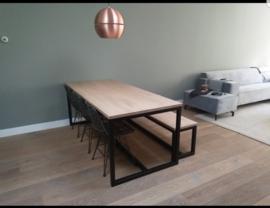 eiken tafel met ijzeren frame