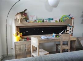 Kinder meubel luxe met kast 350euro incl 2 stoeltjes