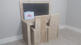 bouwpakket speeltafel met krijtbord 100x110x40 gebruikt steigerhout met twee stoeltjes