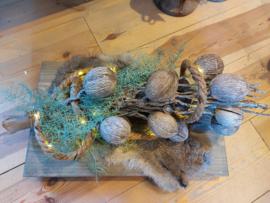 Dienblad met tak, verlichting, vachtje  en groen tak