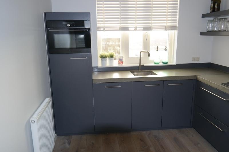 mdf gespoten keuken met betonnen aanrechtblad