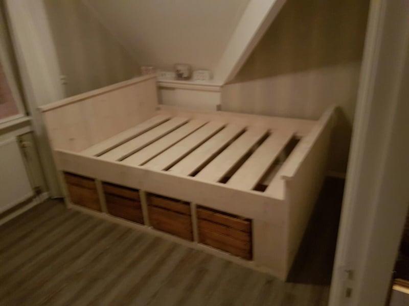 bed met houten kistjes
