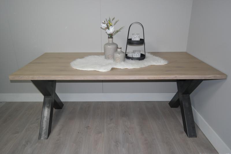 tafel met ijzeren frame eiken blad