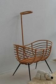 Vintage rotan wieg op schuine houten poten –1-