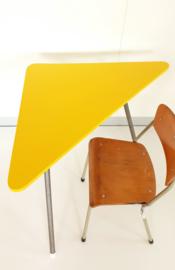 Vintage set van 2 driehoek bijzettafeltjes – okergeel - restyle