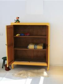 Vintage houten (kleding)kast - okergeel