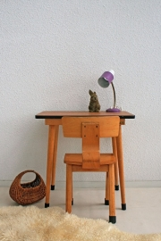 Vintage houten schooltafeltje met stoeltje voor kleuter