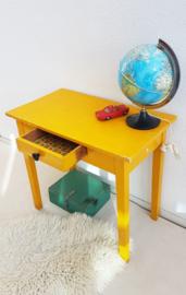 Vintage houten schrijftafeltje okergeel