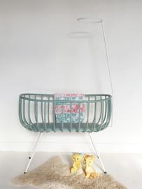 Vintage rotan wieg op slank ijzeren onderstel – restyle