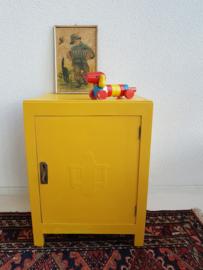 Vintage – klein (nacht) kastje – okergeel – restyle
