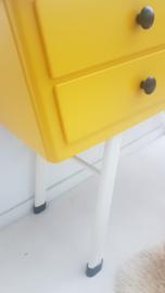 Vintage kastje op hoge poten – okergeel - restyle