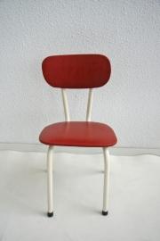 Peuter stoeltje met rood skai bekleding