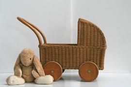 Vintage pitriet poppenwieg op wielen