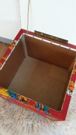 Vintage speelgoedkist met kabouter print