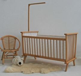 Vintage houten ledikantje met bekleding
