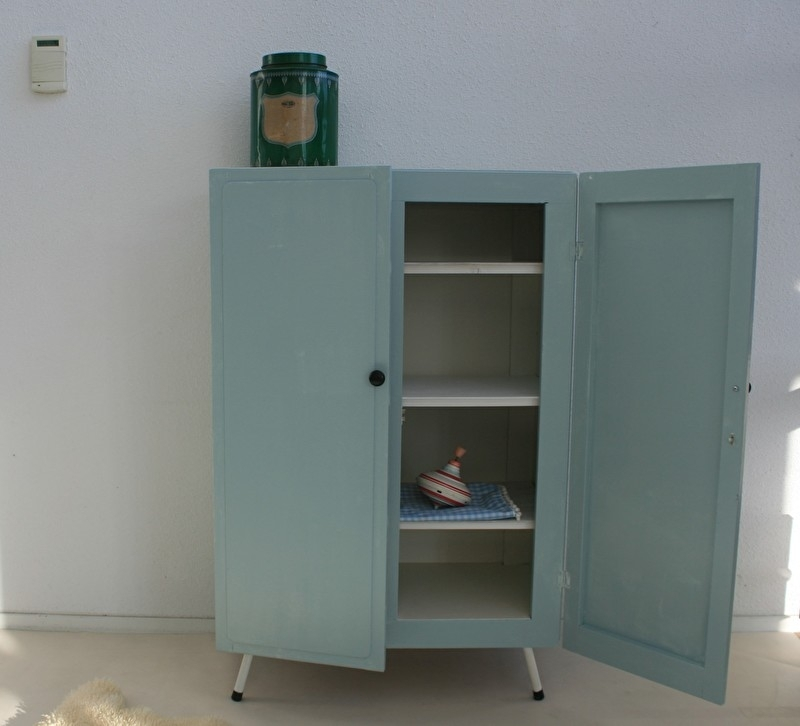 Kledingkastje Kinderkamer Met Ijzeren Onderstel Vintage