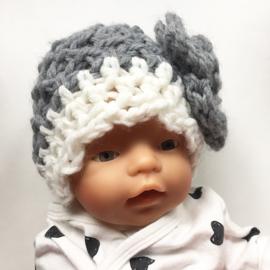 Gehaakt babymutsje met bloem - grijs/wit