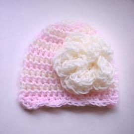 Gehaakte baby muts Maby's - Gestreept roze & creme met grote bloem