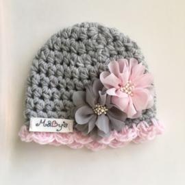 Gehaakt babymutsje met bloemetjes - grijs met roze