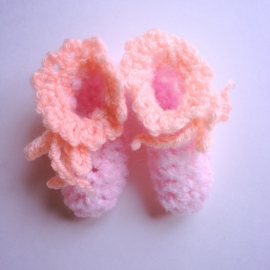 Gehaakte sloffen Maby's - Zalm en roze met roezelrandje