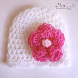 Gehaakt baby mutsje - Wit met bloem donkerroze